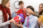 Кому и как дарить подарки на работе